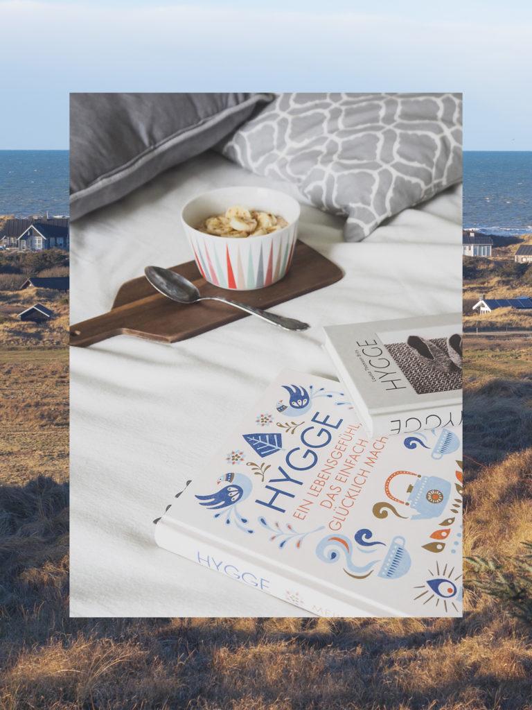 #Hygge kostet nichts und ob du dein Wohnzimmer im #Skandi Styleeingerichtet hast, spielt dabei keine Rolle. Mach dir einfach öfter bewusst, dass Zeit mit der Familie wichtiger ist als To-Do-Listen. Die zwei Bücher, die ich zum Thema Hygge gelesen habe, helfen dabei. #Buchtipp #hyggelig