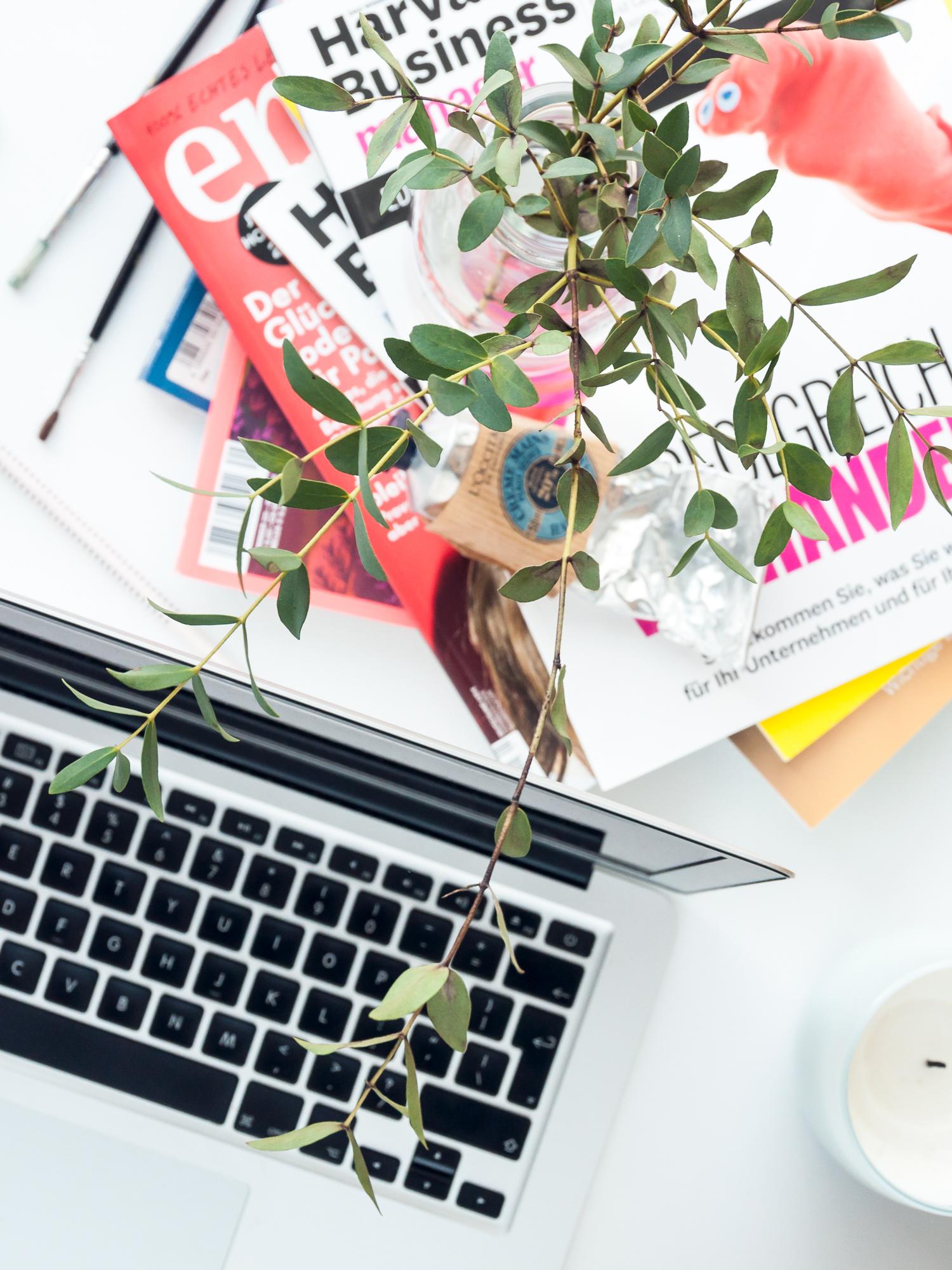 Kreatives Chaos oder Minimalismus auf dem Schreibtisch? #Minimalismus #Produktivität #Kreativität #Arbeit #Freelancer #Beruf #Psychologie