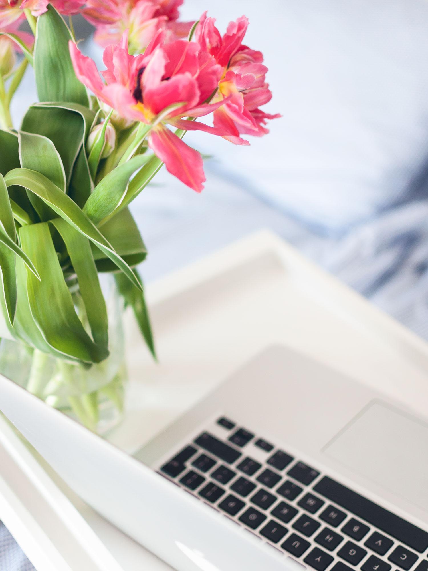 Home Office = Pyjamas All Day? So habe ich mir meine Büro Routine eingerichtet, um diszipliniert und produktiv zu bleiben. Mein Home Office Knigge: So bleibe ich produktiv und konzentriert, wenn ich zuhause arbeite. #HomeOffice #Organisation #Tipps #Produktivität #selbstständig #Konzentration #Disziplin