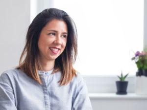 """""""Du musst nicht alles wissen, aber die Bereitschaft haben mutig nach Lösungen zu suchen."""" – Interview mit Cynthia Waeyusoh, Inhaberin von blackmoondesign."""