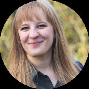 Amelie ist Psychologin und Autorin bei tinypsychologist.de. Als Psychologin hilft sie ihren Klienten Resilienz – das heißt psychische Widerstandsfähigkeit – aufzubauen. Dazu bietet sie Einzelcoachings und Workshops an. Ihr Ziel ist es, Menschen dabei zu helfen, mit den ungeplanten Gemeinheiten des (Arbeits-) Lebens besser umgehen zu können.