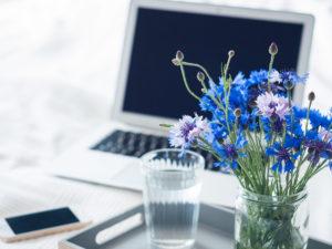 Arbeiten bei Hitze: Unsere besten Tipps für einen kühlen Kopf im Home Office. So arbeitest du entspannt trotz Hitze im Büro. #stillundstark