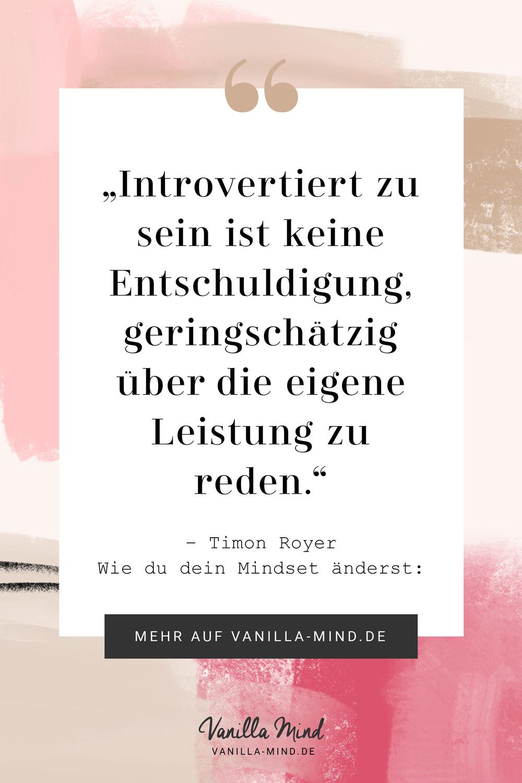 Introvertiert zu sein ist keine Entschuldigung dafür, schlecht über die eigene Leistung zu reden und tiefzustapeln. #spruch #zitat #introvertiert #selbstbewusstsein #mutig #selbstvertrauen #beruf #selbstständig #marketing