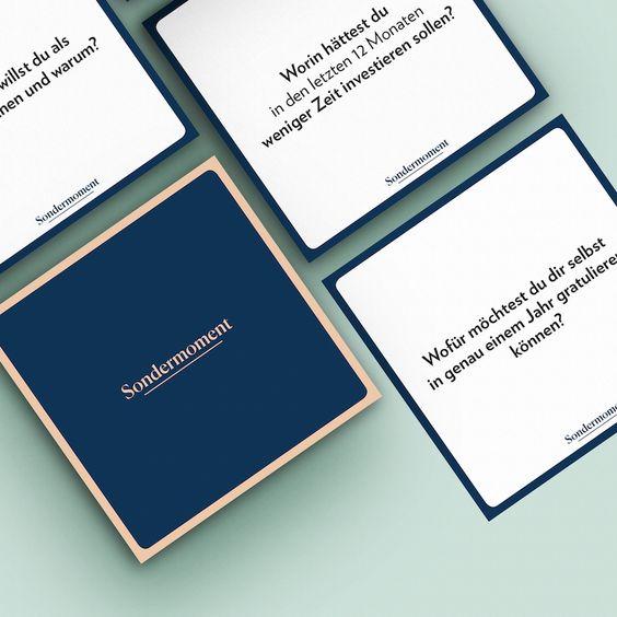 Ein Gesellschaftsspiel, das wir von Herzen gern empfehlen, ist Sondermoment. Es enthält 48 Fragen, mit denen du selbst deine Freunde noch einmal von einer ganz anderen Seite kennenlernen kannst und viel Spannendes über sie erfährst. → Hier kannst du es bestellen.
