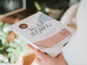 """""""Trau dich, Mut steht dir!"""" Dein Eintragbuch für mehr Mut und mentale Stärke! Egal, ob du zu schüchtern bist, um auf andere zuzugehen, ob du deine Ziele endlich erreichen willst oder einfach dein Selbstvertrauen stärken möchtest: Dieses Eintragbuch steht dir bei den kleinen und großen Herausforderungen jeden Tag zur Seite. Mit inspirierenden Impulstexten, konkreten Tipps und viel Platz für eigene Notizen und Gedanken macht es dir deine Stärken bewusst und lässt dich über dich hinauswachsen. #stillundstark #traudichmutstehtdir #arsedition #vanillamind"""