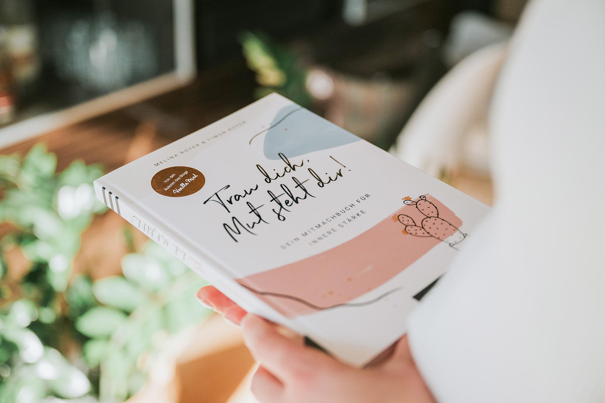 """""""Trau dich, Mut steht dir!"""" Dein Eintragbuch für mehr Mut und mentale Stärke! Egal, ob du zu schüchtern bist, um auf andere zuzugehen, ob du deine Ziele endlich erreichen willst oder einfach dein Selbstvertrauen stärken möchtest: Dieses Eintragbuch steht dir bei den kleinen und großen Herausforderungen jeden Tag zur Seite. Mit inspirierenden Impulstexten, konkreten Tipps und viel Platz für eigene Notizen und Gedanken macht es dir deine Stärken bewusst und lässt dich über dich hinauswachsen. #stillundstark #vanillamind"""