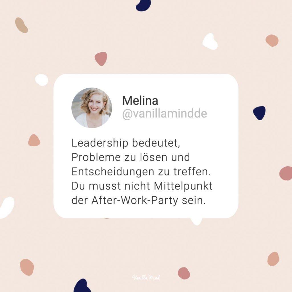 """""""Leadership bedeutet, Probleme zu lösen und Entscheidungen zu treffen. Du musst nicht Mittelpunkt der After-Work-Party sein."""" - Zitat Melina Royer - Autoritäres, dominantes Auftreten wird heute noch oft als wichtige Eigenschaft einer Führungskraft verstanden. Es soll Respekt einflößen und Stärke suggerieren. Doch Lautstärke und Stärke sind zwei unterschiedliche Paar Schuhe. Unsere Arbeitswelt verändert sich allmählich. Heute braucht es vielmehr einen Kommunikationsstil, der Offenheit und Emotionen zulässt. In Still & Stark Folge 35 sprechen wir mit Unternehmerin Vera Strauch darüber, was Leadership wirklich ausmacht und welche wichtige Rolle vermeintlich """"leise Eigenschaften"""" wie Empathie und Verletzlichkeit spielen. #stillundstark"""