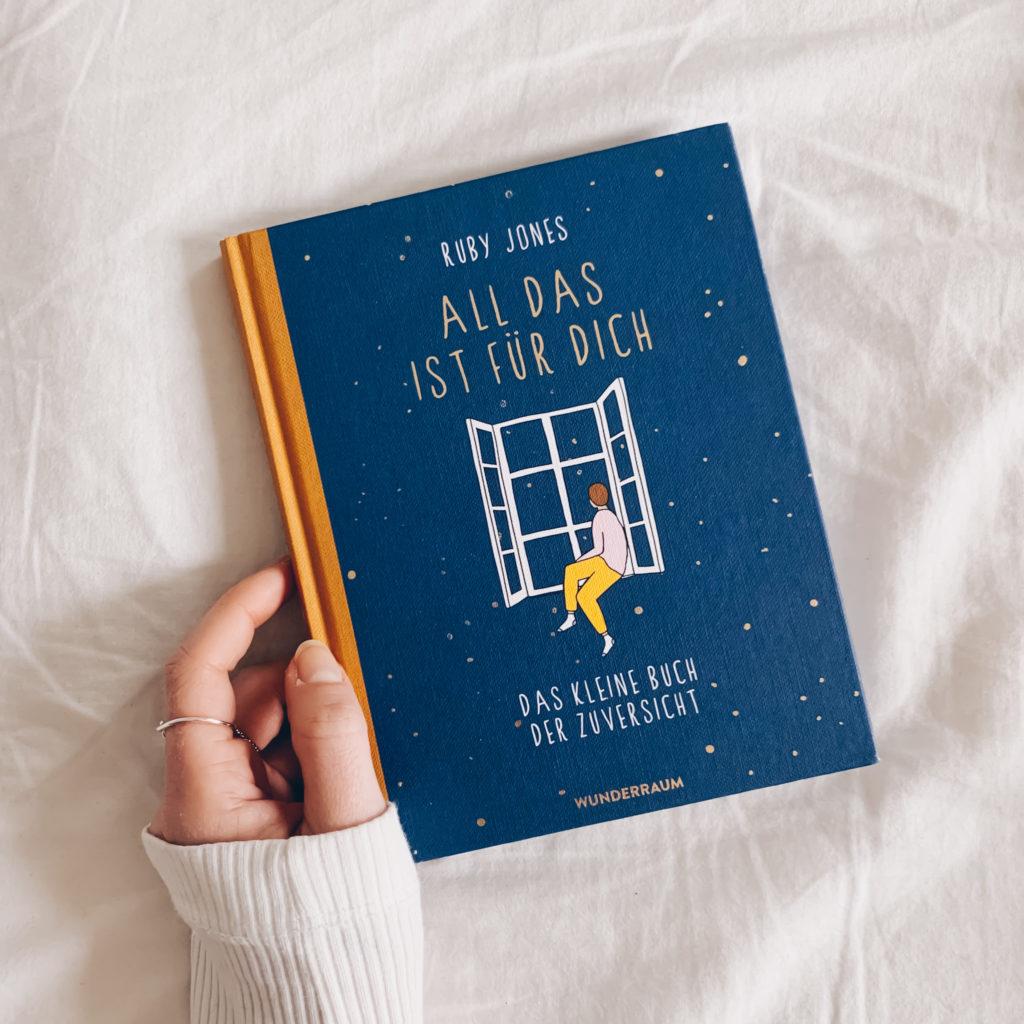 """Buchtipp: """"All das ist für dich: Das kleine Buch der Zuversicht"""" von Ruby Jones - Ein tolles Geschenk an dich selbst! Die liebevollen Illustrationen und Texte gehen direkt ins Herz und schenken dir Momente der Freude und Leichtigkeit in stressigen Zeiten. #stillundstark"""