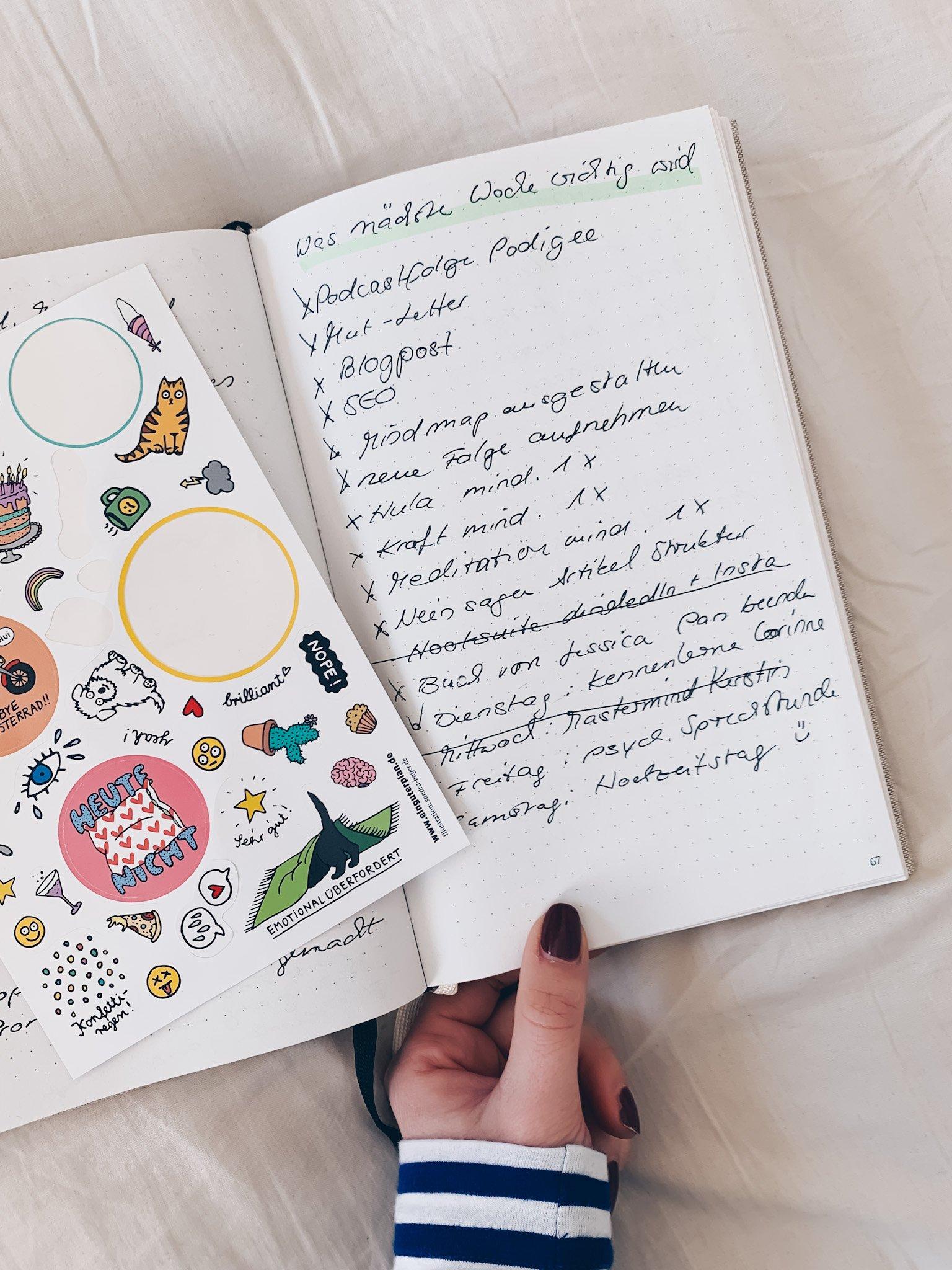 Wie hat sich unser Leben verändert, seit wir ein Journal verwenden – beruflich und persönlich? Solltest du dem Ganzen auch eine Chance geben? (Spoiler: JA!) In dieser Folge Still & Stark erfährst du, wie wir mit wenig Zeitaufwand mehr Klarheit und Struktur für unsere Ziele finden; und 3 großartige Effekte, die Journaling auf unser Stresslevel und Wohlbefinden hat